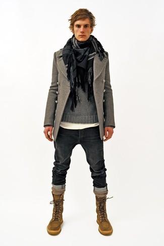 Cómo combinar: chaquetón gris, jersey con cuello circular gris, camiseta con cuello circular blanca, vaqueros en gris oscuro