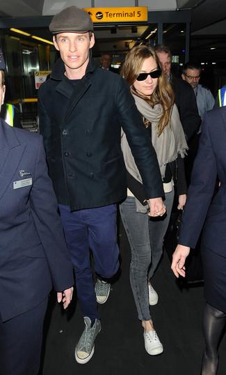 Cómo combinar: chaquetón negro, jersey con cuello circular azul marino, pantalón chino azul, zapatillas altas de lona grises