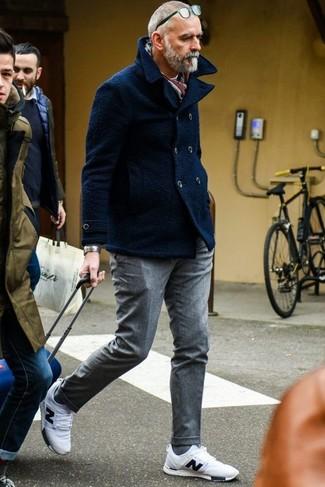 Cómo combinar un chaquetón azul marino: Considera emparejar un chaquetón azul marino junto a un pantalón de vestir de lana gris para una apariencia clásica y elegante. Si no quieres vestir totalmente formal, elige un par de deportivas blancas.