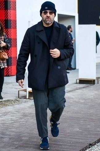 Cómo combinar un pantalón de vestir en gris oscuro: Emparejar un chaquetón azul marino junto a un pantalón de vestir en gris oscuro es una opción estupenda para una apariencia clásica y refinada. Si no quieres vestir totalmente formal, completa tu atuendo con deportivas azul marino.