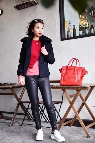 Cómo combinar: chaquetón azul marino, jersey con cuello circular rojo, pantalones pitillo de cuero negros, tenis de cuero en blanco y negro
