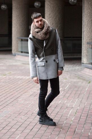 Cómo combinar: chaquetón gris, jersey con cuello circular gris, vaqueros pitillo negros, botas casual de ante negras