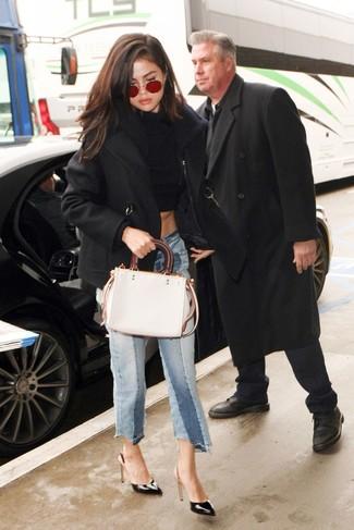 Cómo combinar: chaquetón negro, jersey corto negro, falda pantalón vaquera celeste, zapatos de tacón de cuero negros