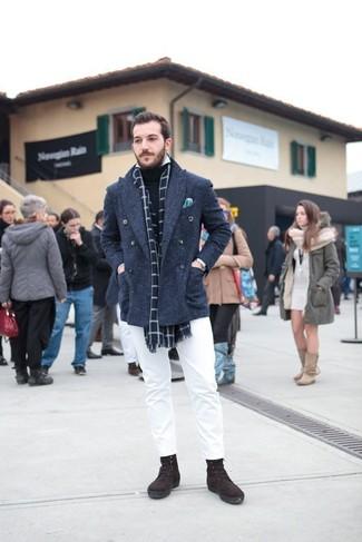 Cómo combinar: chaquetón azul marino, jersey de cuello alto negro, camisa de manga larga blanca, pantalón chino blanco