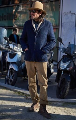 Moda para hombres de 40 años: Elige un chaquetón azul marino y un pantalón chino marrón claro para un lindo look para el trabajo. Botas casual de cuero marrónes son una opción atractiva para complementar tu atuendo.