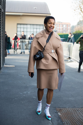 Cómo combinar: chaquetón en beige, jersey de cuello alto en beige, falda lápiz de lana en beige, zapatos de tacón de cuero en turquesa