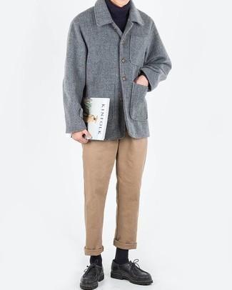 Cómo combinar unas botas: Ponte un chaquetón gris y un pantalón chino marrón claro para lograr un look de vestir pero no muy formal. Un par de botas se integra perfectamente con diversos looks.