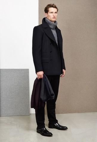 Cómo combinar: chaquetón negro, jersey de cuello alto de punto gris, pantalón de vestir negro, botines chelsea de cuero negros