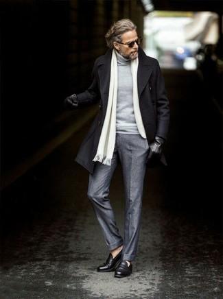 Cómo combinar: chaquetón negro, jersey de cuello alto gris, pantalón de vestir de lana gris, mocasín de cuero negro