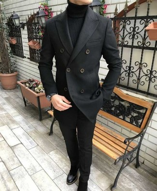 Cómo combinar: chaquetón negro, jersey de cuello alto negro, pantalón de vestir negro, botines chelsea de ante negros