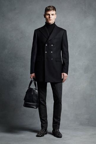 Cómo combinar: chaquetón negro, jersey de cuello alto negro, pantalón de vestir de lana negro, mocasín de ante de leopardo negro