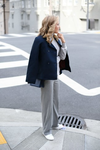 Cómo combinar: chaquetón azul marino, jersey de cuello alto gris, pantalones anchos grises, tenis de lona blancos