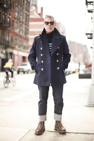 Cómo combinar: chaquetón azul marino, jersey de cuello alto de rayas horizontales en azul marino y blanco, vaqueros en gris oscuro, botas casual de cuero en marrón oscuro