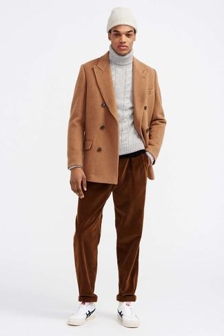 Cómo combinar: chaquetón marrón claro, jersey de cuello alto de punto gris, vaqueros de pana en tabaco, tenis de cuero blancos