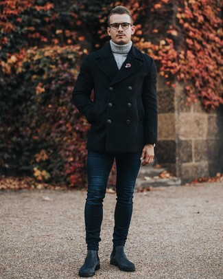 Cómo combinar: chaquetón negro, jersey de cuello alto de lana de punto gris, vaqueros pitillo azul marino, botines chelsea de ante en gris oscuro