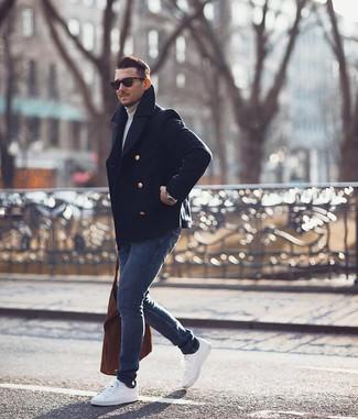 Cómo combinar un chaquetón azul marino: Considera emparejar un chaquetón azul marino junto a unos vaqueros pitillo azul marino para una apariencia fácil de vestir para todos los días. Si no quieres vestir totalmente formal, elige un par de tenis blancos.