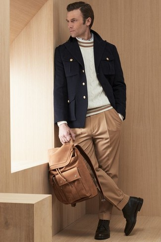 Cómo combinar: chaquetón negro, jersey de ochos blanco, camisa de manga larga blanca, pantalón de vestir marrón claro