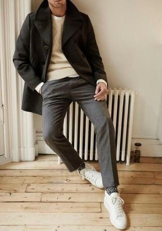 Outfits hombres: Haz de un chaquetón negro y un pantalón de vestir de lana gris tu atuendo para rebosar clase y sofisticación. ¿Por qué no añadir tenis de cuero blancos a la combinación para dar una sensación más relajada?