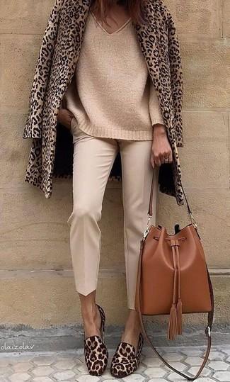 Cómo combinar: chaquetón de leopardo marrón claro, jersey oversized de punto marrón claro, pantalón de pinzas en beige, mocasín de pelo de becerro de leopardo marrónes