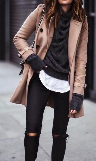 Cómo combinar un jersey con cuello vuelto holgado en gris oscuro: Para un atuendo tan cómodo como tu sillón considera ponerse un jersey con cuello vuelto holgado en gris oscuro y unos vaqueros pitillo desgastados negros.