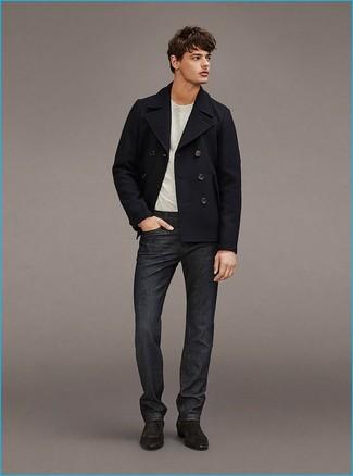 Cómo combinar: chaquetón negro, camiseta con cuello circular gris, vaqueros en gris oscuro, botines chelsea de ante en gris oscuro