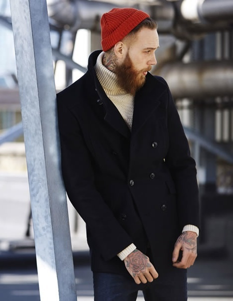 Look de moda Chaquetón Negro, Jersey de Cuello Alto de Punto Beige, Vaqueros Gorro Rojo