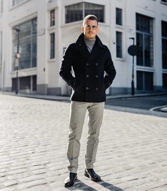 Cómo combinar: chaquetón negro, jersey de cuello alto gris, pantalón de vestir de lana gris, botines chelsea de cuero negros