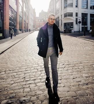 Cómo combinar: chaquetón negro, jersey de cuello alto de lana gris, pantalón de vestir de lana gris, botines chelsea de cuero negros
