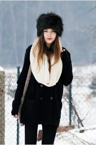 Cómo combinar: chaquetón negro, vaqueros pitillo negros, sombrero de piel negro, bufanda de punto en beige