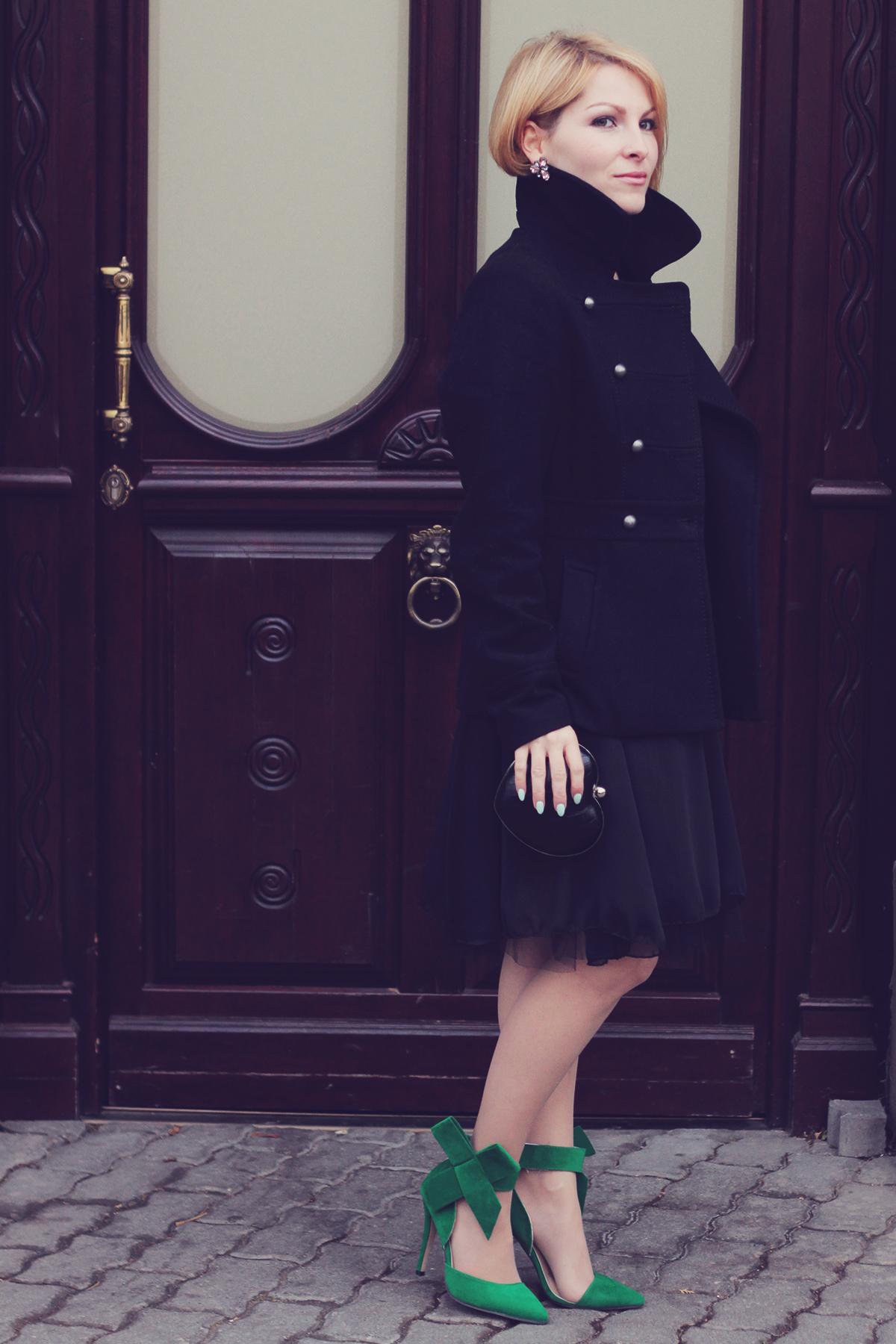 Vestido negro con zapatillas verdes