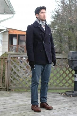 Perfecciona el look casual elegante en un chaquetón azul marino y un pantalón chino azul marino. Complementa tu atuendo con botas brogue de cuero marrón oscuro.