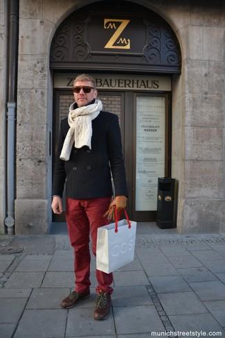 Cómo combinar: chaquetón negro, pantalón chino burdeos, botas casual de cuero marrónes, bufanda de punto en beige