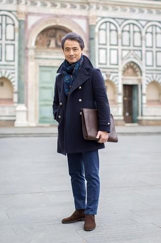 Cómo combinar un bolso con cremallera de cuero marrón: Ponte un chaquetón azul marino y un bolso con cremallera de cuero marrón para un look agradable de fin de semana. Dale un toque de elegancia a tu atuendo con un par de botas safari de ante en marrón oscuro.