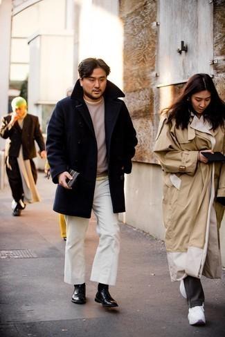 Cómo combinar un pantalón chino de pana blanco: Emparejar un chaquetón azul marino con un pantalón chino de pana blanco es una opción atractiva para un día en la oficina. Usa un par de zapatos derby de cuero negros para mostrar tu inteligencia sartorial.