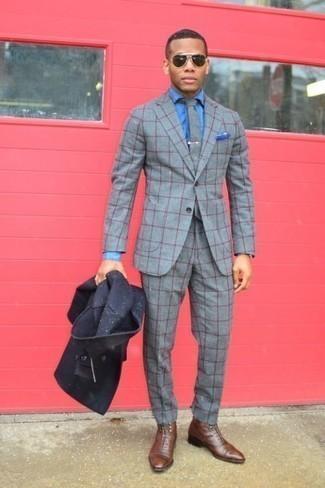 Cómo combinar unas botas: Considera ponerse un chaquetón azul marino y un traje a cuadros gris para una apariencia clásica y elegante. Si no quieres vestir totalmente formal, opta por un par de botas.