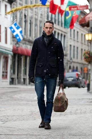 Outfits hombres en otoño 2020: Elige un chaquetón azul marino y unos vaqueros azul marino para lograr un estilo informal elegante. Botas casual de cuero en marrón oscuro son una opción atractiva para completar este atuendo. Es un look completamente apropriado para este próximo invierno.