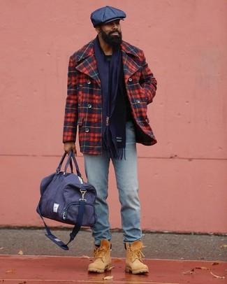 Cómo combinar: chaquetón de tartán en rojo y azul marino, vaqueros celestes, botas de trabajo de ante marrón claro, bolsa de viaje de lona azul marino