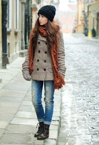 Cómo combinar: chaquetón marrón, vaqueros desgastados azules, botas planas con cordones de cuero en marrón oscuro, guantes de lana grises