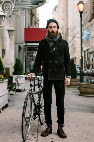 Cómo combinar: chaquetón negro, vaqueros pitillo negros, botas casual de cuero en marrón oscuro, bolso mensajero de lona negro