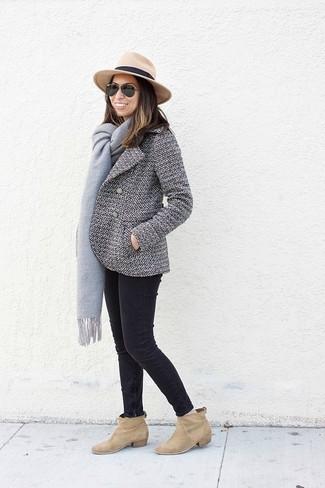 Cómo combinar: chaquetón en blanco y negro, vaqueros pitillo negros, botines de ante marrón claro, sombrero de lana marrón claro