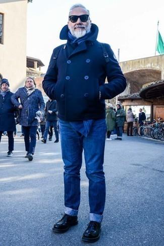 Cómo combinar unos vaqueros azules: Si buscas un estilo adecuado y a la moda, empareja un chaquetón azul marino con unos vaqueros azules. Con el calzado, sé más clásico y complementa tu atuendo con zapatos derby de cuero negros.
