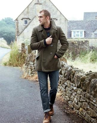 Si buscas un look en tendencia pero clásico, intenta combinar un chaquetón verde oliva con unos vaqueros azules. Este atuendo se complementa perfectamente con botas casual de ante marrónes.