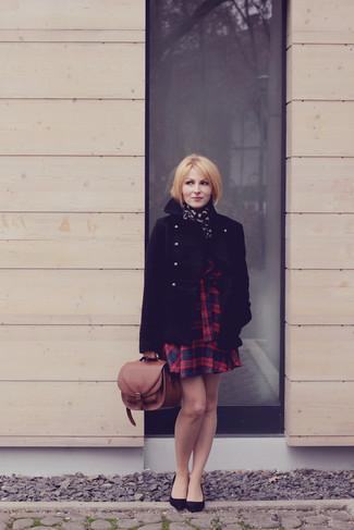 Cómo combinar: chaquetón negro, vestido skater de tartán en rojo y azul marino, zapatos de tacón de ante negros, bolso de hombre de cuero marrón