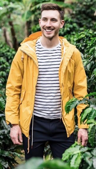 Cómo combinar: chubasquero amarillo, camiseta con cuello circular de rayas horizontales en blanco y negro, pantalón de vestir azul marino, reloj de cuero marrón