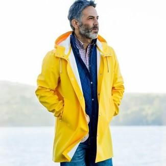 Cómo combinar: chubasquero amarillo, chaqueta estilo camisa acolchada azul, camisa de manga larga de tartán en blanco y rojo y azul marino, vaqueros azules