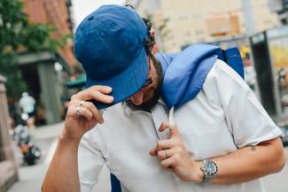 Cómo combinar: chubasquero azul, camisa de manga corta blanca, gorra de béisbol azul