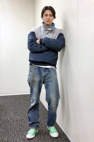 Outfits hombres: Para un atuendo que esté lleno de caracter y personalidad usa un chubasquero azul marino y unos vaqueros azules. Tenis de lona verdes son una opción perfecta para completar este atuendo.