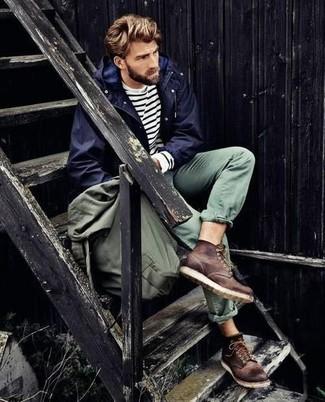 Cómo combinar: chubasquero azul marino, camiseta de manga larga de rayas horizontales en blanco y azul marino, pantalón chino verde, botas de trabajo de cuero en marrón oscuro