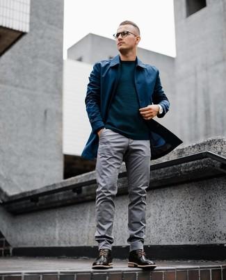 Cómo combinar: chubasquero azul marino, jersey con cuello circular en verde azulado, pantalón chino gris, botas brogue de cuero negras