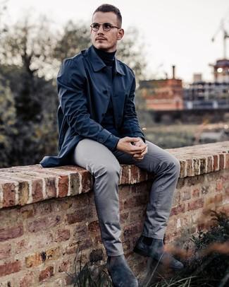 Cómo combinar: chubasquero azul marino, jersey de cuello alto negro, pantalón chino gris, botines chelsea de ante en gris oscuro